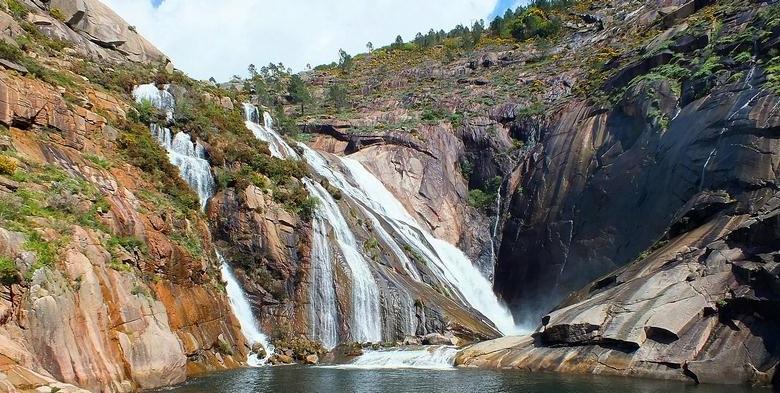 O Ézaro cae ata unha curta ría desde corenta metros de altura.