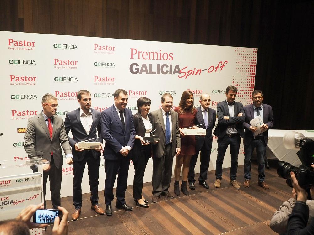 Foto de familia dos galardoados e autoridades asistentes á II edición dos premios