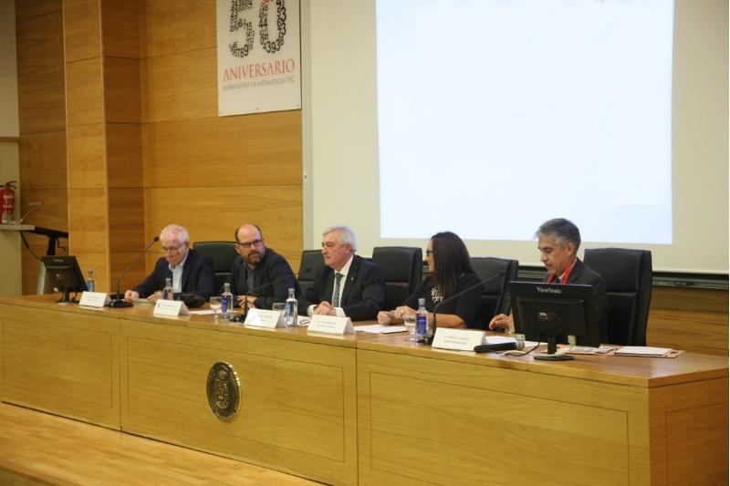Mesa presidencial na inauguración do encontro matemático en Compostela.