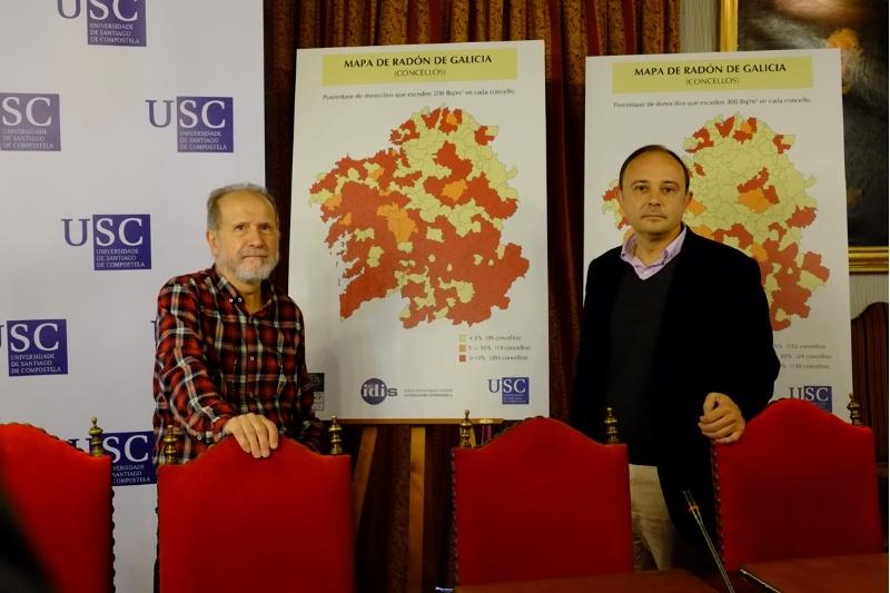 Os profesores Barros Dios (esquerda) e Ruano diante do mapa de radón galego por concellos. Foto: USC.