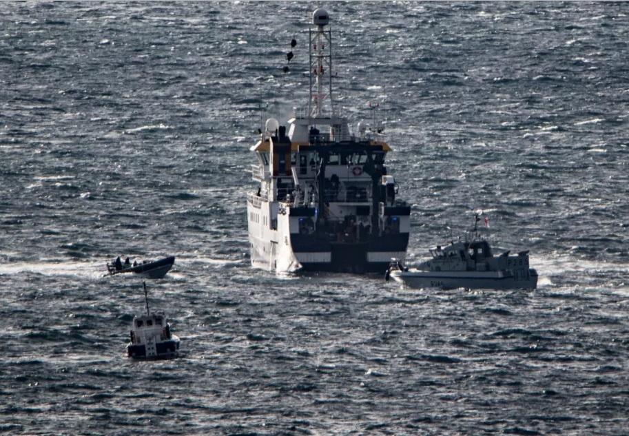 O Ángeles Alvario en augas de Xibraltar, acosado pola patrulleira británica.
