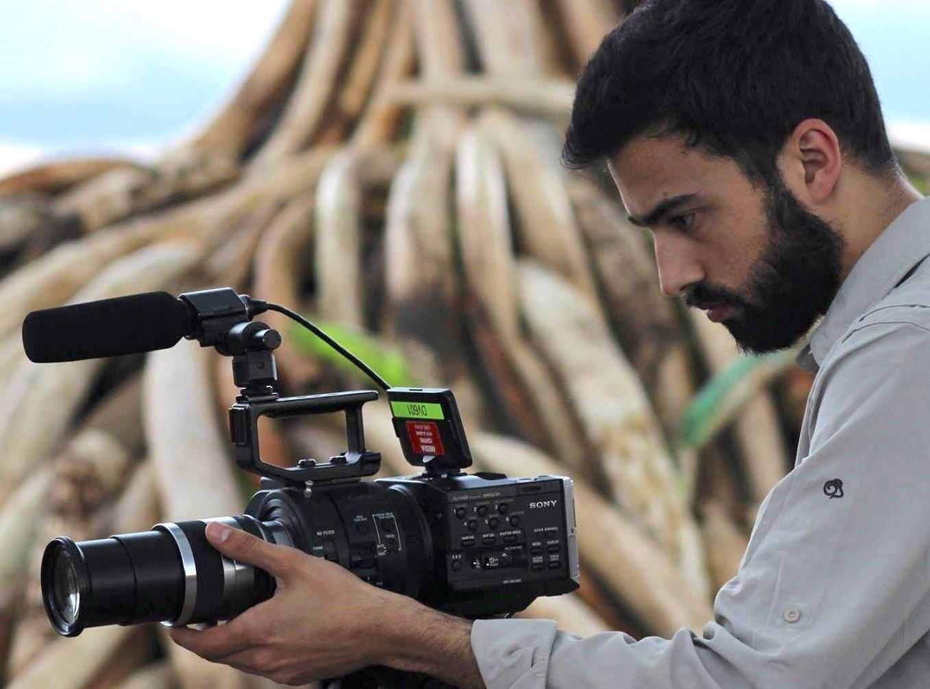 Adrián Vilas é graduado en Xornalismo pola USC e realizou un máster sobre documentais en Inglaterra.