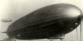 O dirixible Graf Zeppelin, cun Packard en primeiro termo.