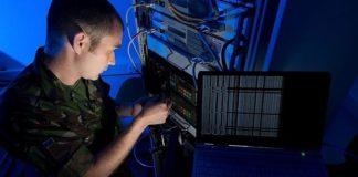 Un militar no Centro de Ciberdefensa da OTAN.