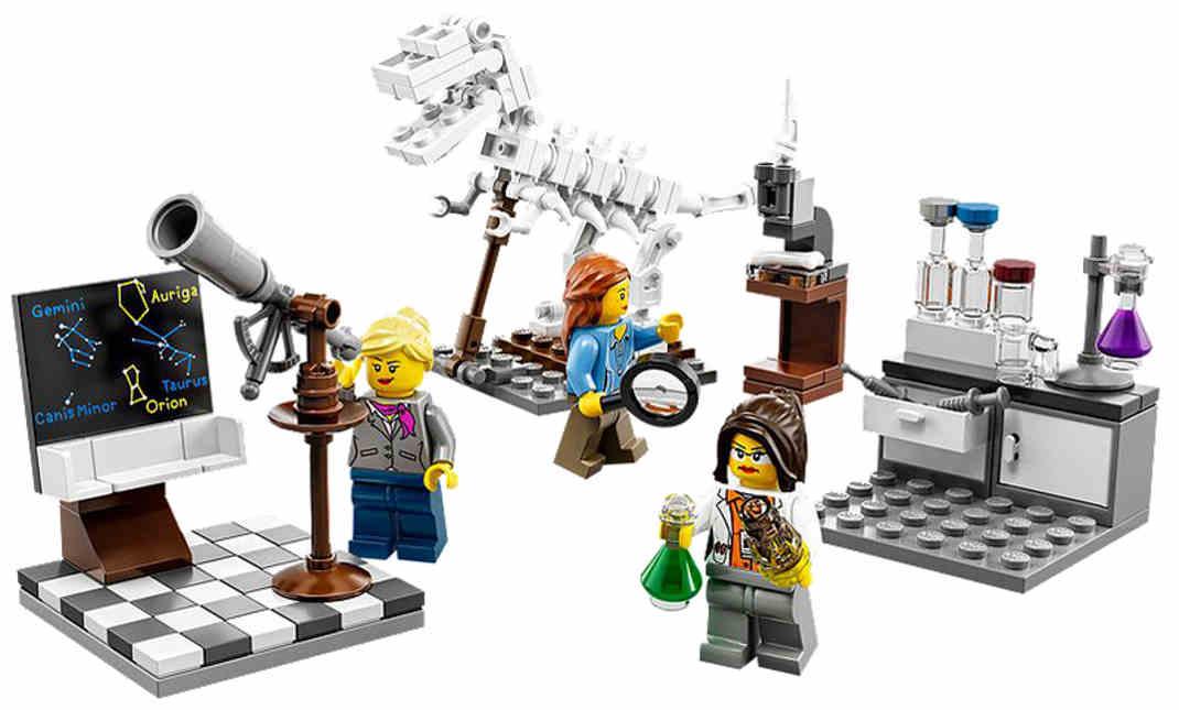 """O pasado mes de xaneiro, Charlotte Benjamin, unha nena de sete anos de idade, escribiu unha carta á empresa de xoguetes de construción Lego para queixarse de que os bonecos da firma danesa eran """"case todos de rapaces e apenas ningunha de rapazas"""". Ademais, engadía, as que representan nenas """"fan cousas como ir á praia e de tendas, mentres que as de nenos se van de aventuras, salvan xente e teñen bos traballos"""". En resposta, Lego lanzou unha colección chamada Instituto de Investigación, deseñada pola xeofísica Ellen Kooijman, con deseños que representan a unha paleóntóloga, unha astrónoma e unha química, como as que se ven nesta foto. Ademáis, veñen con microscopios, telescopios e tubos de ensaio. A atención de Lego á xustificada protesta tivo éxito. As figuriñas, a 20 euros a unidade, están esgotadas na tenda da compañía."""
