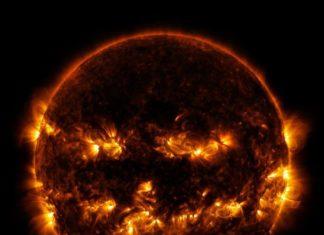 A NASA publicou esta curiosa foto do Sol, na que as súas rexións enerxeticamente máis activas lle dan á estrela a misteriosa aparencia dunha cabaza de Halloween. Non se trata de nada máis alá dunha simple e divertida curiosidade potenciada por técnicos da NASA a través da combinación de dous tipos de lonxitudes de onda -de 171 e 193 Angstroms- que tenden ao dourado ao ao amarelo, para darlle unha aparencia aínda máis acorde a Halloween. A fotografía obtívose grazas a unha serie de imaxes tomadas o pasado 8 de outubro polo Observatorio de Dinámica Solar (SDO) da axencia espacial estadounidense.