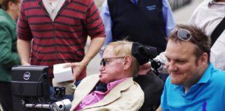 A escala do astrofísico Stephen Hawking en Vigo despertou paixóns o sábado. Tras desembarcar do cruceiro 'Oasis of the seas' na súa escala na cidade, paseo polas Avenidas, o Casco Vello e A Pedra, onde degustou as famosas ostras. De feito, o cociñeiro Víctor Acuña, do restaurante 'La Espuela' atendeuno persoalmente e lle preparou unha crema de ostras e mexilóns, entre outras viandas como sopa de marisco, luras, xamón e queixo de tetilla. O chef puxo especial celo en non empregar fariñas que conteñan gluten, xa que lle advertiron de que Hawking é celíaco. Numerosas persoas aproveitaron a ocasión para fotografarse co mediático científico, autor da popular obra 'Historia do tempo'. Stephen Hawking chegou ás 9 da mañá e reembarcou as 17.00 horas para seguir a súa viaxe de cruceiro. Foto: Rafael Ojea.