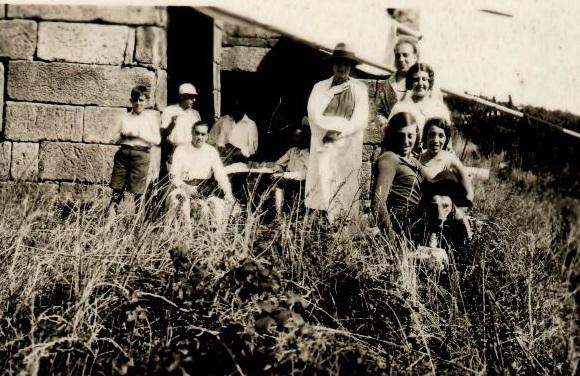 Unha familia, de excursión nas illas Cíes en 1931.