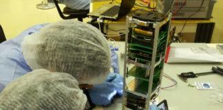 Enxeñeiros da Agrupación Astronómica de Vigo, traballando no Humsat.