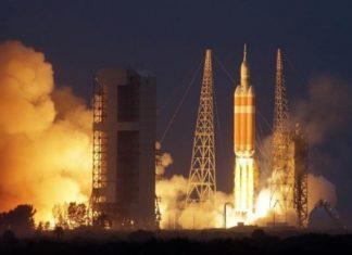 """A NASA ven de lanzar dende Cabo Canaval (EUA) a nave Orion, un prototipo destinado a transportar ata catro astronautas máis alá da órbita terrestre. Nesta primeira viaxe de proba, de catro horas e media, non levaba persoas, pero o obxectivo é facelo en futuras misións de exploración espacial, incluíndo a visita a un asteroide e eventualmente a Marte. """"É un paso crítico na viaxe a Marte"""", destaca a axencia espacial estadounidense, que planea enviar humanos a ao planeta vermello na década de 2030 e, antes, a un asteroide sobre 2025 para recoller mostras. O voo de proba de Orión de hoxe axudará a desenvolver a tecnoloxía necesaria para estes grandes retos. Trátase da primeira misión dende a serie Apolo que leva unha nave espacial construída para enviar persoas ao espazo profundo, e tamén a primeira vez que se proban as naves espaciais de nova xeración da NASA."""