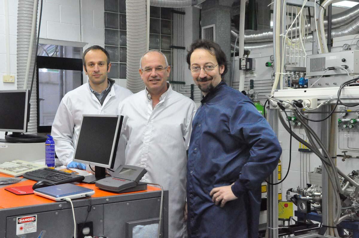 Stefan Stefanov, Stefano Chiussi e Alessandro Benedetti no laboratorio da UVigo,