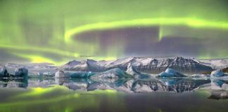 Aurora sobre glaciar islandés