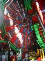 O detector CMS, integrado no LHC.