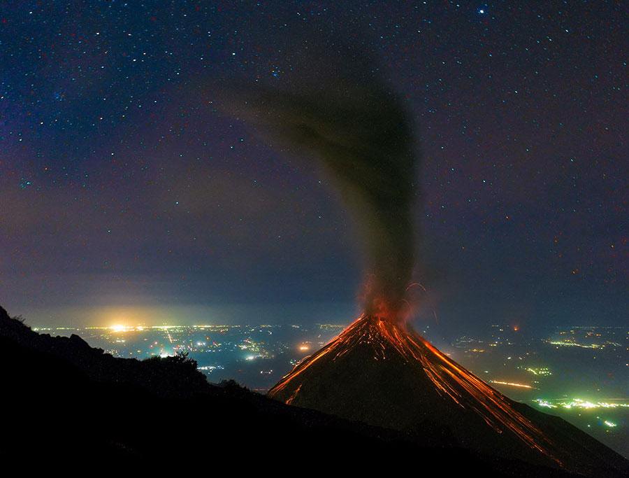 Volcán de Fuego en Guatemala en erupción