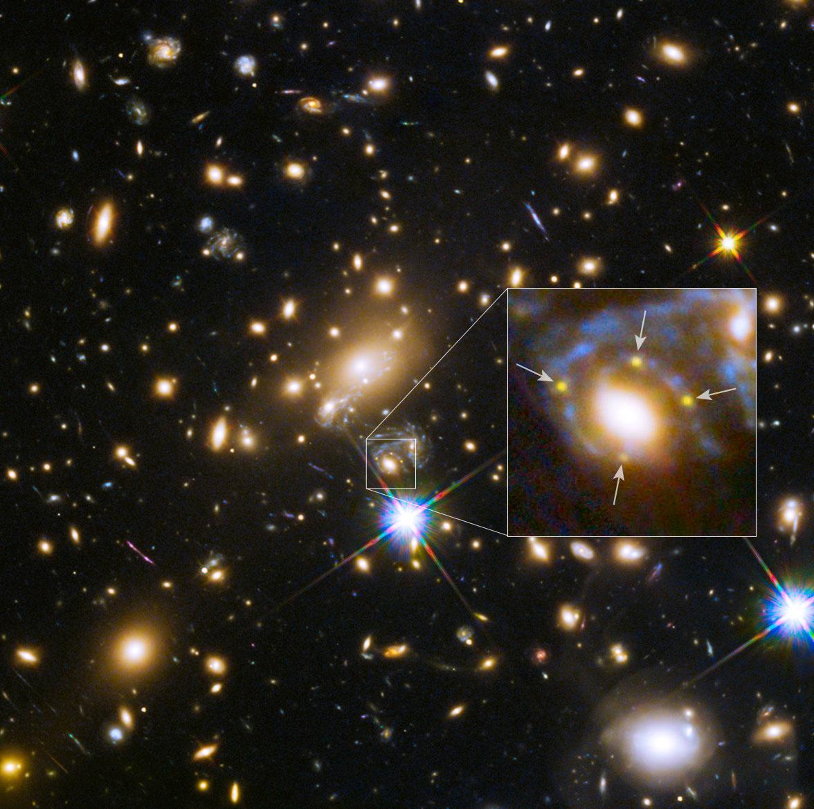 Galaxia e cúmulo crean catro imaxes dunha supernova afastada