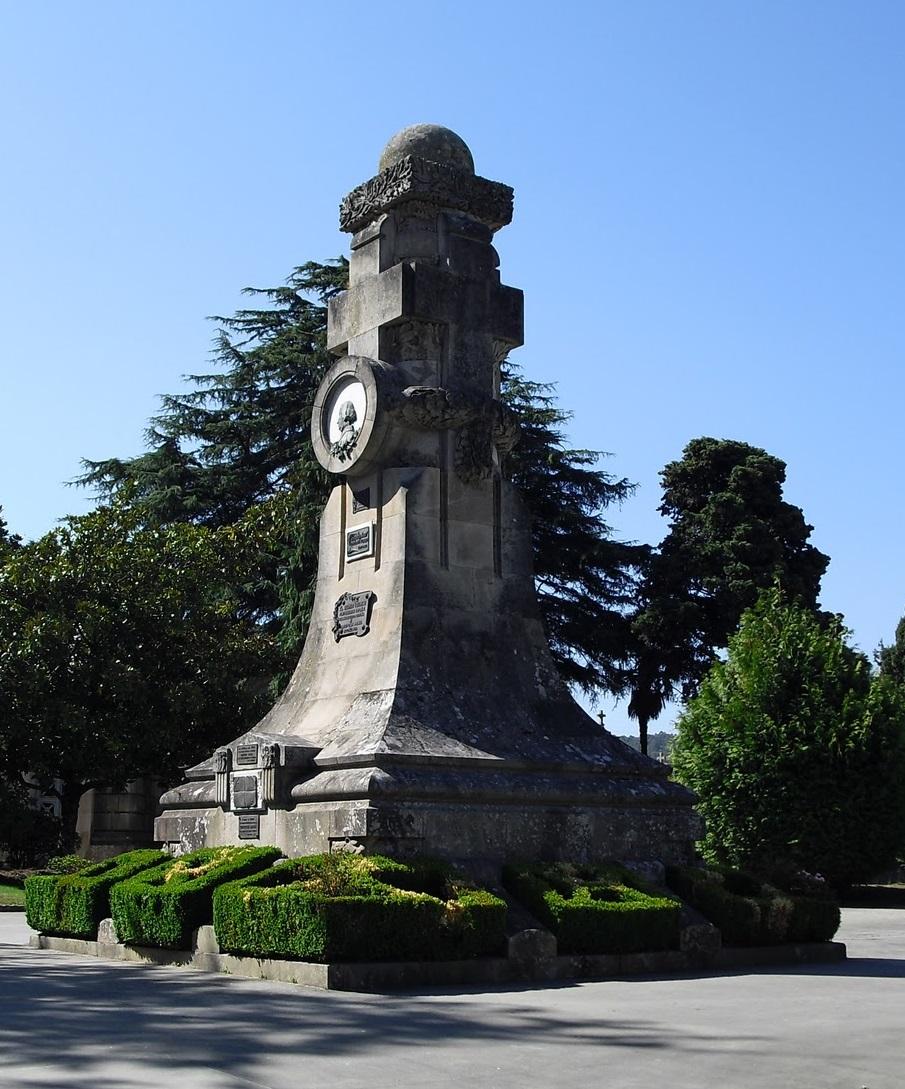 Tumba e monumento a Concepción Arenal no cemiterio de Pereiró, en Vigo.