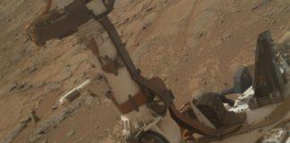 Nas noites de inverno marciano, baixo o frío e seco terreo que percorre o vehículo Curiosity, pódese estar a formar auga líquida moi salobre polo efecto dos percloratos, unha sales que diminúen o seu punto de conxelación e impiden que se conxele. Así se desprende dos datos tomados polo instrumento español REMS, xa que o rover non ten outros dispositivos que poidan detectar esa salmoira líquida directamente. O estudo dirixido polo investigador Javier Martín-Torres, do CSIC, e publicado en 'Nature Geoscience' mostra que as condicións ambientais no terreo son favorables para a formación de auga líquida transitoria en forma de salmoiras. De feito, as rodas do Curiosity están a deteriorarse a grande velocidade, o que os científicos agora atribúen á corrosión que provoca esta salmuera. Aínda que esta auga moi salada non é un bó lugar para acoller vida como a coñecemos no planeta Terra, si abre unha posibilidade a formas bacterianas que poidan adaptarse a condicións extremas.