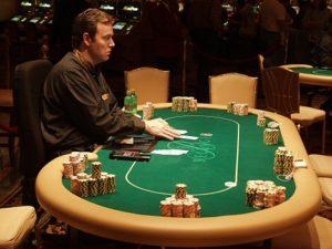 Mesa de póker nun casino.