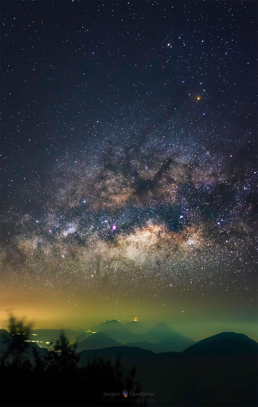 A Vía Láctea sobre un volcán en erupción