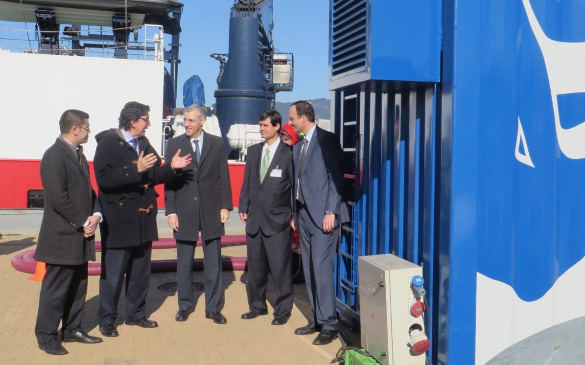 Conselleiro, presidente da Autoridade Portuaria, investigadores e empresas participaron na presentación.
