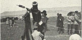 Un astrónomo opera co seu telescopio durante a eclipse de 1912.
