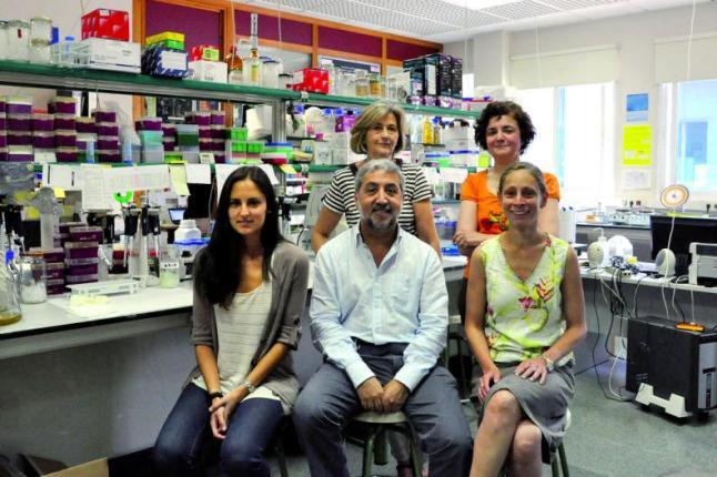 Laboratorio que investiga o cancro colorrectal, co catedrático Martínez Berrocal en primeiro termo.