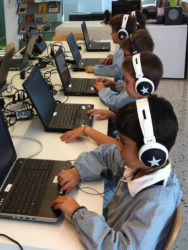 Rapaces participantes no estudo de Barcelona facendo unha das probas.