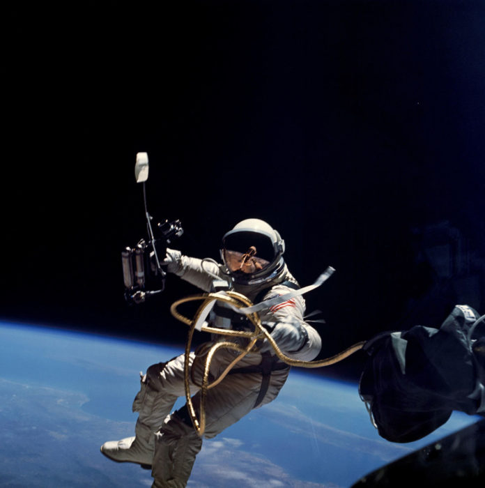 Edward White no primeiro paseo espacial da NASA
