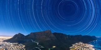 Ronseis estelares sobre a montaña Table