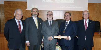 Juan Ramón Vidal Romaní recibiu a medalla do presidente da RAGC, Miguel Ángel Ríos, e o diploma, do reitor Xosé Luis Armesto.