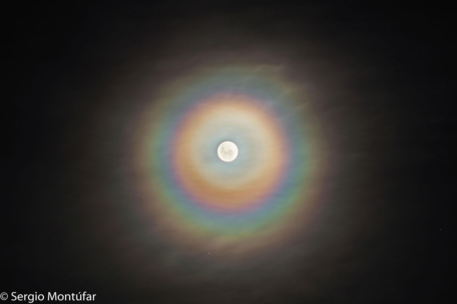 Unha coroa lunar chea de cor