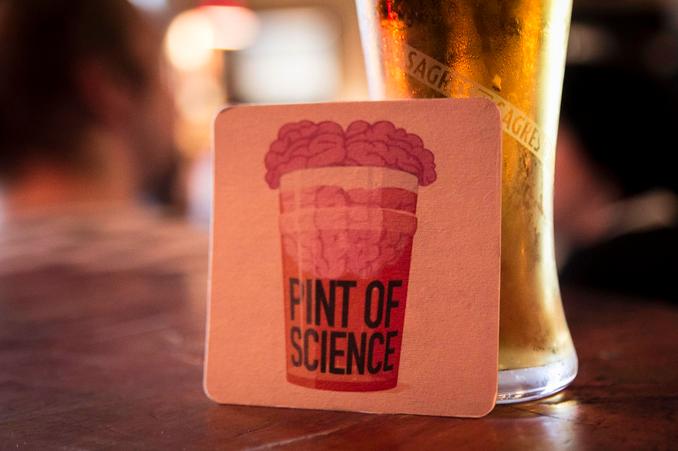 O festival 'Pint of Science' achega a ciencia ao pub dun xeito divertido.