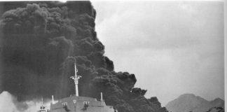 O Polycommander, envolto en chamas e fume tras o seu sinistro.
