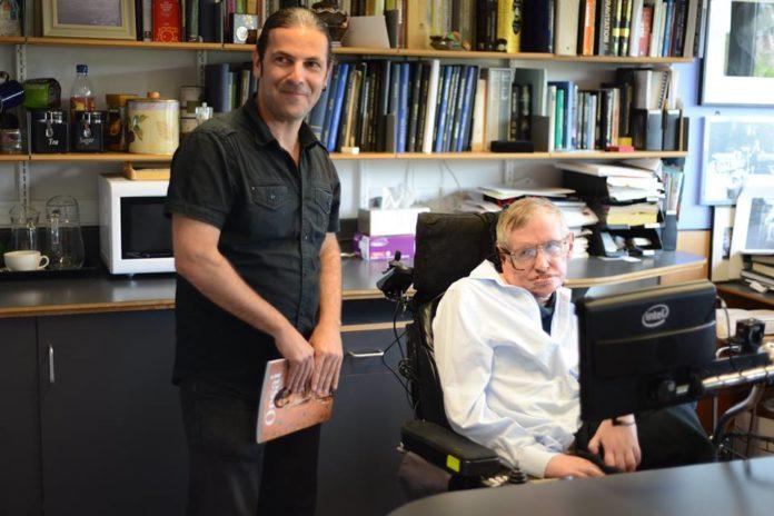 O físico José Edelstein xunto a Stephen Hawking.