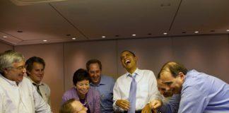 O presidente Obama ri nunha reunión cos seus colaboradores do partido demócrata.