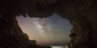 A Vía Láctea desde unha cova do mar en Malibú