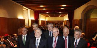 Luis Caramés, acompañado do presidente da Real Academia Galega de Ciencias, Miguel A. Ríos, e autoridades convidadas.