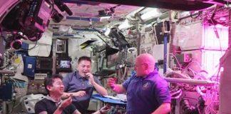 """A primeira leituga cultivada de comida no espazo non sabe a nada diferente da que provén da nosa horta. O astronauta estadounidense Scott Kelly dixo que estaba 'moi boa'. El foi parte do equipo de astronautas que este luns participaron na primeira degustación dun vexetal cultivado no espazo. Antes de morder as follas, Kelly, o seu colega estadounidense Kjell Lindgren e o xaponés Kimiya Yui, laváronas cunha solución limpadora e logo botáronlles un pouco de vinagreta. Aínda que non é a primeira vez que se cultiva algo fóra da atmosfera terrestre, si que nunca antes o produto fora consumido en órbita. A idea do experimento """"VegOne"""" é ensaiar a posibilidade de que as tripulacións espaciais poidan no futuro producir algúns dos seus propios alimentos a bordo. É algo que podería ser crucial en viaxes de longo alcance, como a proxectada misión de poñer o primeiro home en Marte. Foto: NASA."""