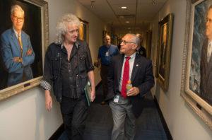 Brian May xunto a Charles Bolden, nas instalacións da NASA, o 17 de xullo de 2015.