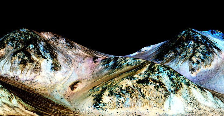"""Cada verán marciano aparecen uns misteriosos fluxos lineais avanzando polas ladeiras do planeta vermello, para esvaecerse despois cando chegan as estacións frías. Agora os datos da nave Mars Reconnaissance Orbiter da NASA permitiron confirmar a presenza de sales hidratadas nesas zonas, o que suxire a existencia de auga líquida salobre baixo a superficie e un ambiente máis propicio para a vida. Estes estraños fluxos, denominados """"liñas de ladeira recorrentes"""" (RSL) son alargadas, miden uns cinco metros de ancho e desaparecen nos períodos máis fríos. A hipótese que expuñan ata agora os científicos é que estas formacións xéranse pola presenza estacional de auga líquida salobre, pero a resolución das imaxes dispoñible ata a data non permitía detectar nin sales nin auga. Pero esta semana publícase na revista 'Nature Geoscience' un estudo que achega unha proba importante. Porque os datos espectrométricos confirmaron a presenza de sales hidratadas, como percloratos e cloratos, nos noiros onde se observou a actividade das misteriosas liñas RSL. Foto: NASA."""