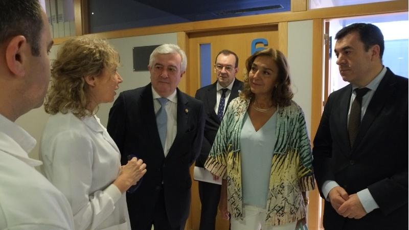 Os investigadores xunto a Carmen Vela, o reitor Viaño e o conselleiro Rodríguez.