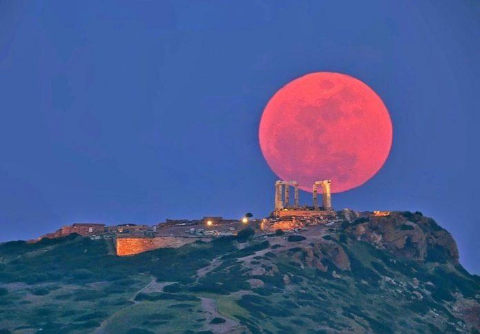 A Lúa vese máis grande preto do horizonte, pero non por ser superlúa, senón por unha ilusión óptica.