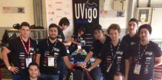 O equipo da UVigo Motorsport xunto co seu bólido.