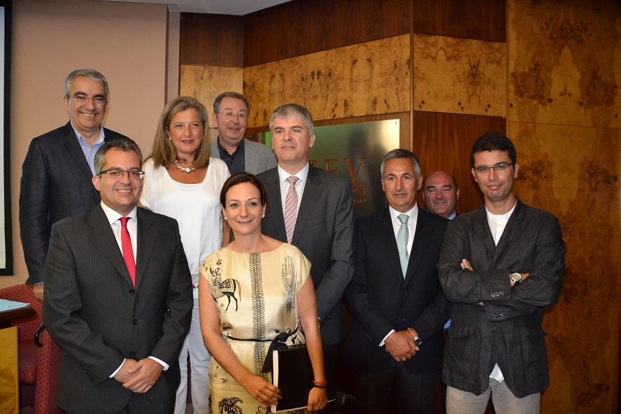 A delegada de Zona Franca, Teresa Pedrosa, xunto a investigadores do estudo.