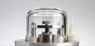"""Durante décadas, os metrólogos esforzáronse por xubilar a 'Le Grand K', o cilindro de platino e iridio que durante 126 anos definiu ao quilogramo, que está colocado nunha bóveda de alta seguridade ás aforas de París. Agora, por fin teñen os datos necesarios para substituílo cunha definición baseada en constantes matemáticas. O avance chega a tempo para que o quilogramo se inclúa nunha redefinición máis ampla de unidades co amperio, o mol e o kelvin prevista para 2018. A vindeira semana, o Comité Internacional de Pesas e Medidas vai reunirse en París para discutir os pasos para seguir. """"É un momento emocionante"""", sinalou David Newell, físico do Instituto Nacional de Estándares e Tecnoloxía (Gaithersburg, Estados Unidos). """"É a culminación de intensos esforzos realizados por investigadores de todo o mundo"""". O quilogramo é a única unidade do Sistema Internacional aínda baseada nun obxecto físico. Os experimentos que o definiron en termos de constantes fundamentais describíronse na década de 1970. Con todo, ata o pasado ano non se logrou un acordo sobre se os resultados eran o bastante precisos como para derrocar á definición física. A redefinición non fará que o quilogramo sexa máis preciso, pero si máis estable. Un obxecto físico pode perder ou gañar átomos co tempo ou ser destruído, pero as constantes non cambian."""