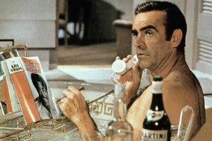 Sean Connery e o Martini, bebida clásica de James Bond.