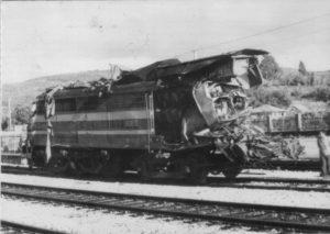 Unha das locomotoras, rescatada tras do accidente.