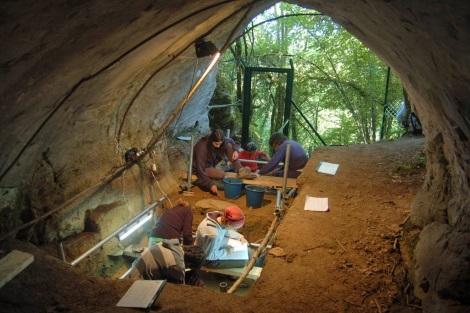 Traballos de escavación na Cova de Eirós (Triacastela).