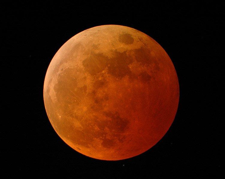 A eclipse proporciona á Lúa unha tonalidade vermella.