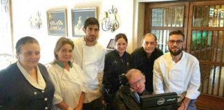 Hawking xunto a persoal do parador de Cambados. Foto: Facebook.